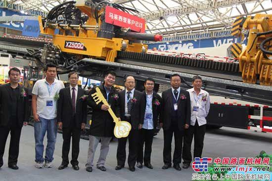徐工将XZ5000水平定向钻机钥匙交到马来西亚用户手中