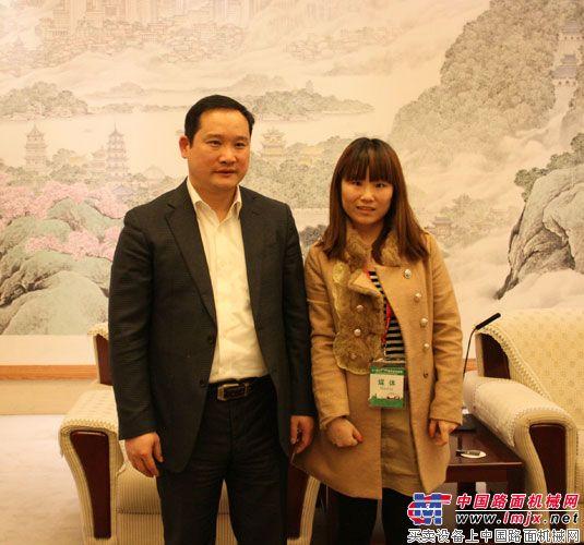 梁林河与中国路面机械记者杨艳丽合影