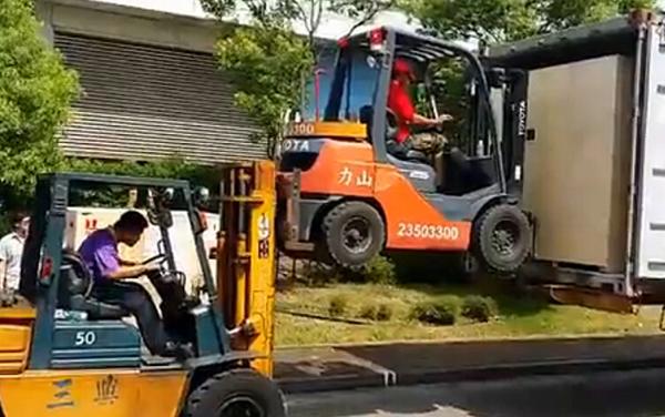 叉车上摞叉车,台湾牛人司机奇招装卸货!