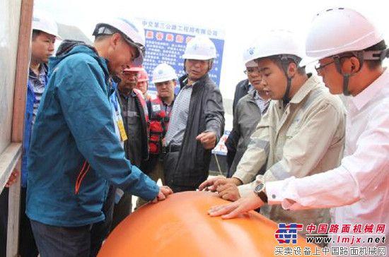 青海省建管局检查组徒步检查循隆高速公路施工安全质量