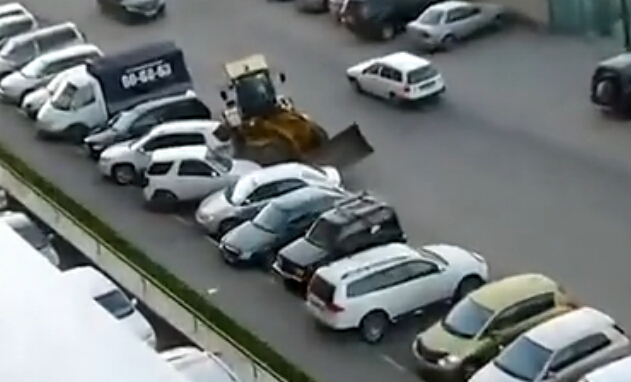 男子光脚开挖掘机撞坏7辆车 被众人拉下车疯狂殴打