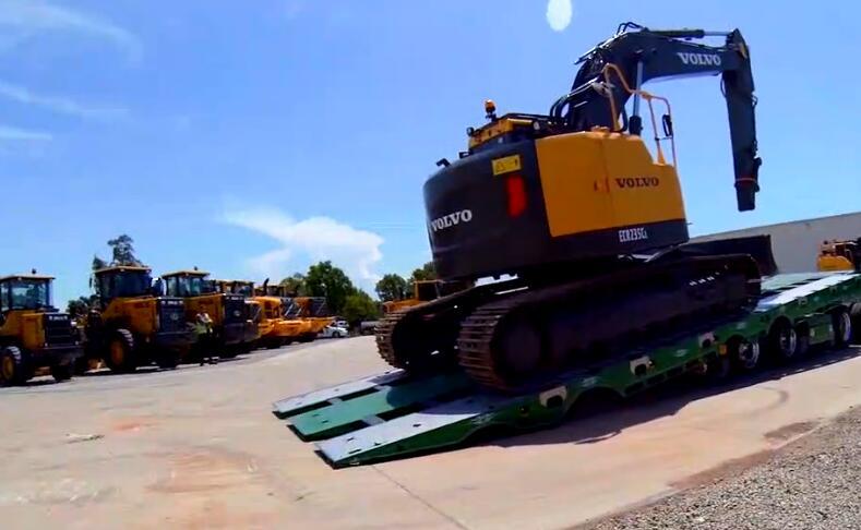 这种挖掘机上运输车的方式挺不一样的!