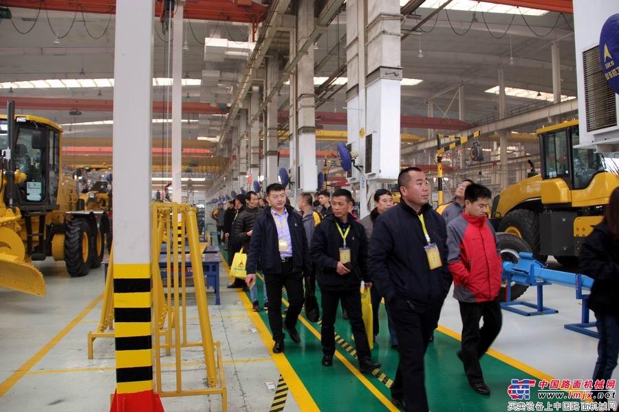 与会代理商参观山东临工工厂
