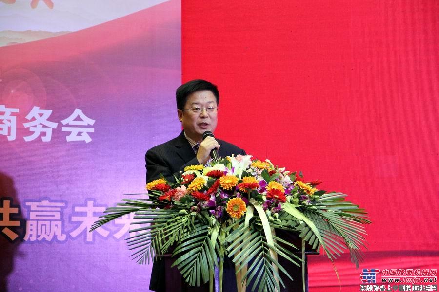 青岛科泰重工机械有限公司副总经理李顺舟宣读表彰决定