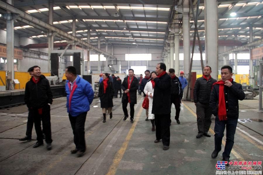 与会代表参观科泰重工工厂
