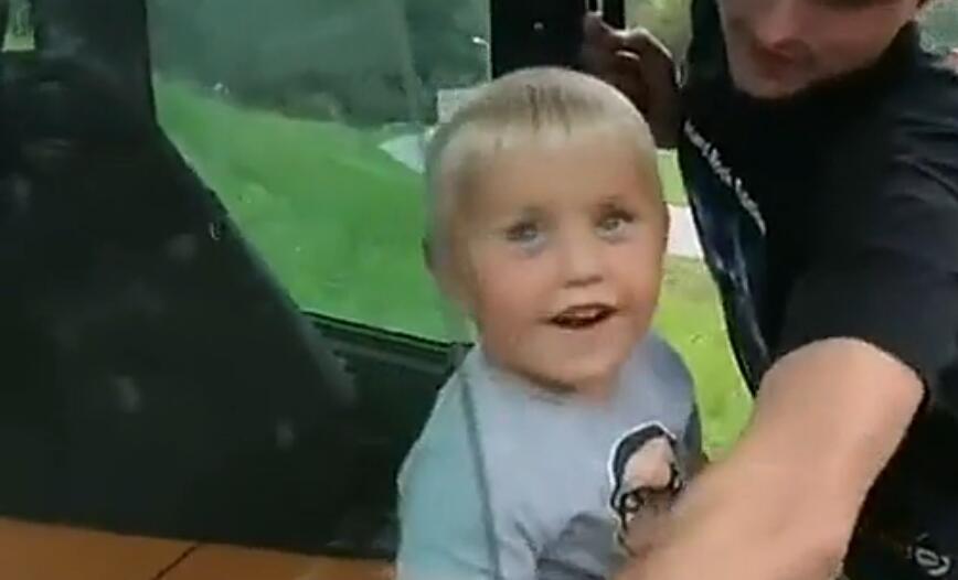 实拍挪威3岁男童熟练操作挖掘机
