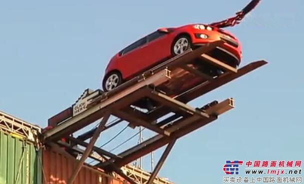 在起重机的帮助下  汽车也能玩蹦极