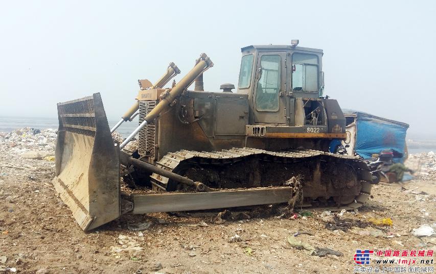 山推环卫推土机在大连市甘井子区毛茔子村垃圾处置场进行填满作业
