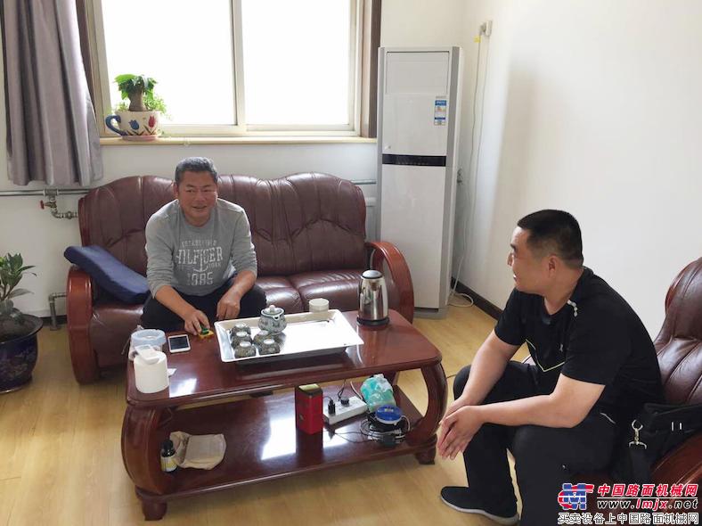 辽宁省大连环境卫生管理处设备主管周正端与同事进行工作交流