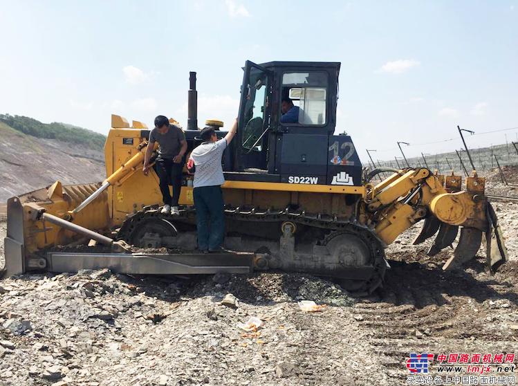 垃圾处置场工作人员正在对山推环卫推土机进行保养