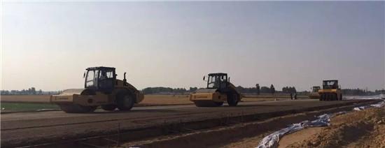 柳工成套路面机械成郑州航空港工地靓丽风景线