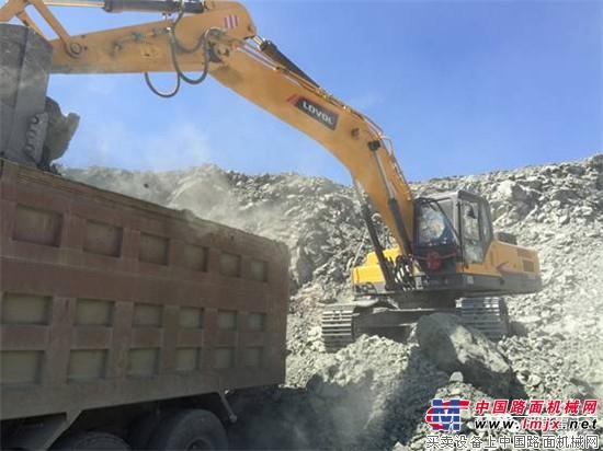 正在装车的雷沃FR370E挖掘机-矿山中的钢铁侠丨雷沃FR370E挖掘机