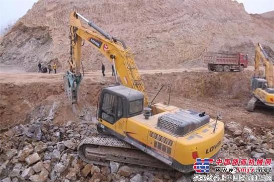 破碎、装车,雷沃FR370E挖掘机配合默契-矿山中的钢铁侠丨雷沃FR