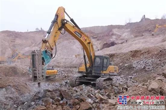 挖机装车作业-沃FR370E挖掘机实景工况照片集锦