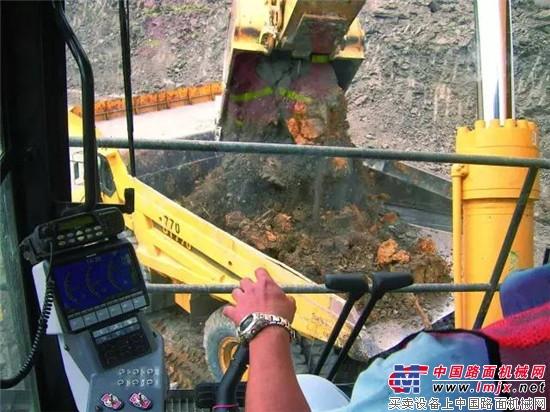 """矿山用户的""""神器""""——小松PC2000液压挖掘机"""