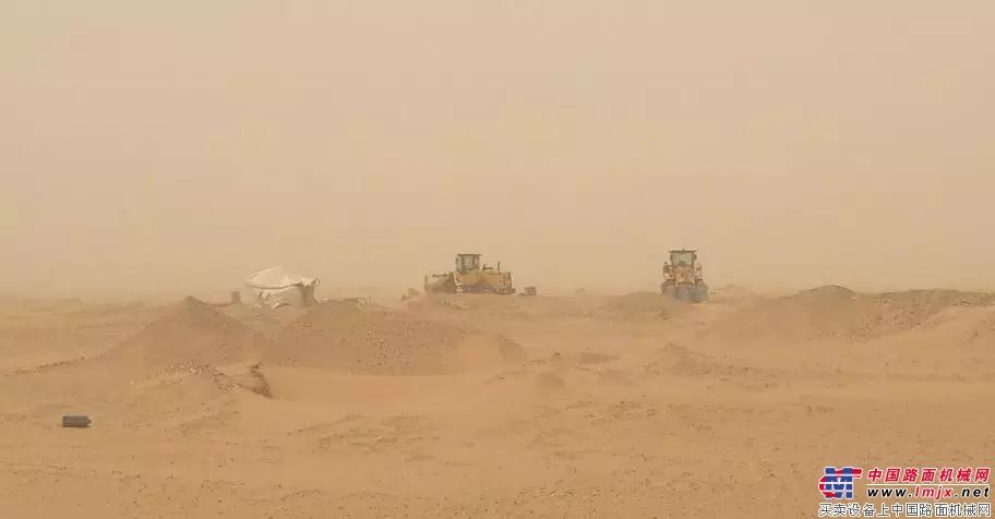 山东临工走进苏丹沙漠矿区关爱客户 山东临工挖机按期交付神华集
