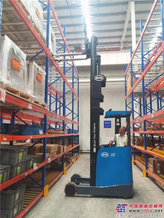 目前比亚迪电动叉车检测中心共设有电学,环境及可靠性,结构部件