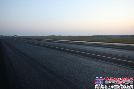 """""""公路医生""""运用热再生修复苏南机场滑行道轮辙"""