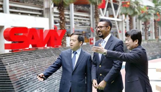 三一重工总裁向文波埃塞俄比亚友人介绍三一的历史