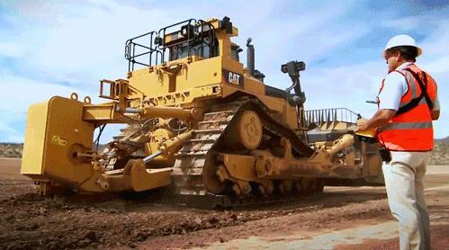卡特彼勒遥控推土机在施工现场