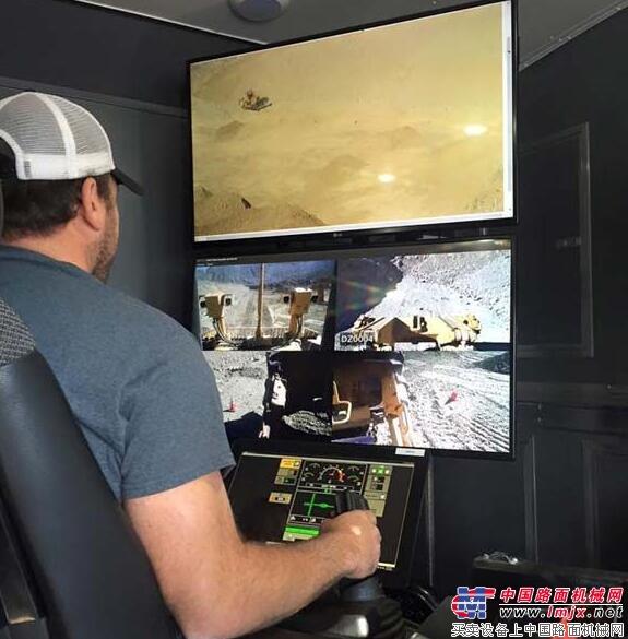 纽曼在远程操控卡特D11T推土机