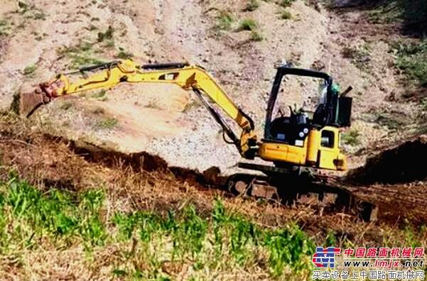 卡特无人驾驶挖掘机在帮助地震灾后重建