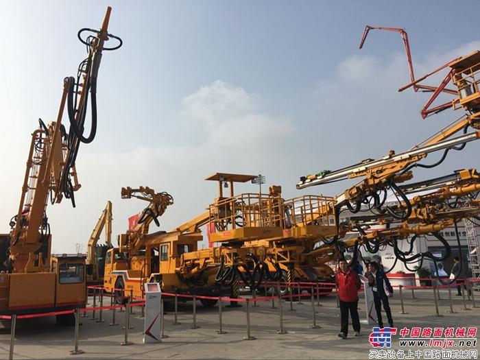 铁建重工在展会上带来了全智能三臂凿岩台车