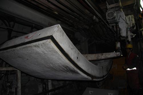 盾构机正在给修建中的地铁安装预制板