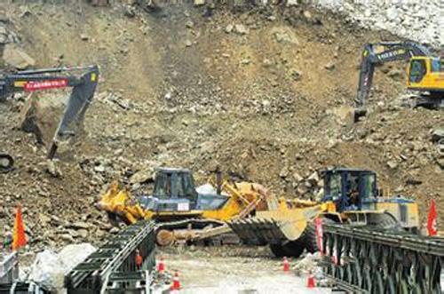 四川雅安大地震 工程机械企业抢险救灾在行动