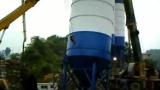 山语城在建混凝土搅拌站吊装作业