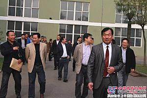 第三届沥青搅拌设备高峰会议,与会领导参观辽筑工厂