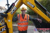 向92岁的乔治致敬:英国最年长的挖掘机驾驶员誓要工作到100岁