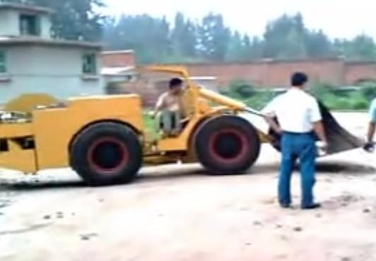 客户参观电动铲运机试车