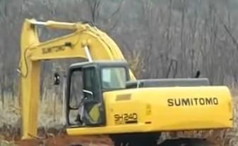 住友240轮胎式挖掘机工作现场