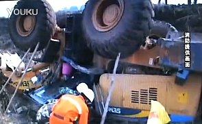 推土机坠入深坑 一人被困施救全程