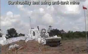 小松遥控特种推土机,排雷装置。