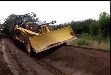小松推土机刮坡施工视频