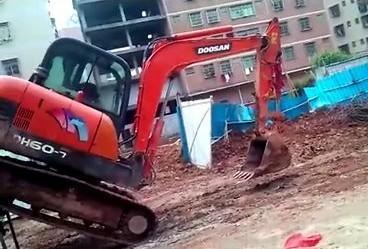 斗山DH60-7小型挖掘机上拖车,惊险刺激!