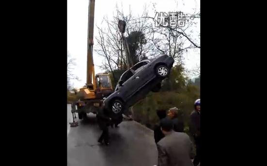 實拍吊車掉起墜落的小車