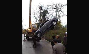 实拍吊车掉起坠落的小车