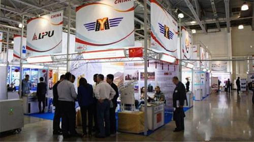 到访客户认真听取意玛工作人员热情地介绍江苏意玛沥青拌和站的优良性能、极具优势的价格和售后服务体系