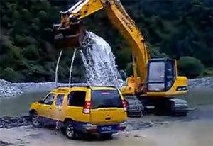 挖掘机表演完美洗车
