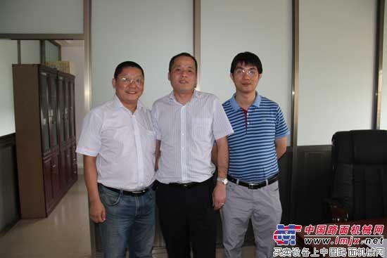 恒天九五重工领导与中国路面机械网总经理方剑仙合影