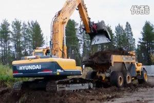 高清现代挖掘机装车表演