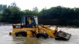 成工装载机水中施工表演