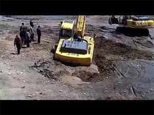 挖掘机陷车自救