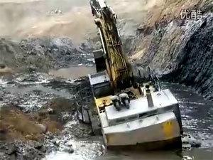 小松大型挖掘机陷车