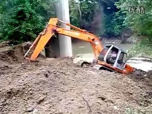 日立挖掘机就这样陷车了