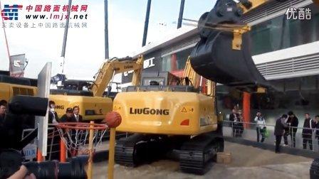 2012宝马展现场 柳工展台挖掘机与人比赛投篮互动
