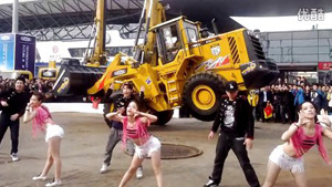 2012宝马展雷沃展台装载机style表演